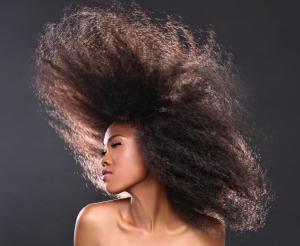 Lisser ses cheveux crépus